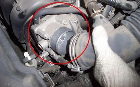 保持节气门的清洁可以提高发动机的稳定性